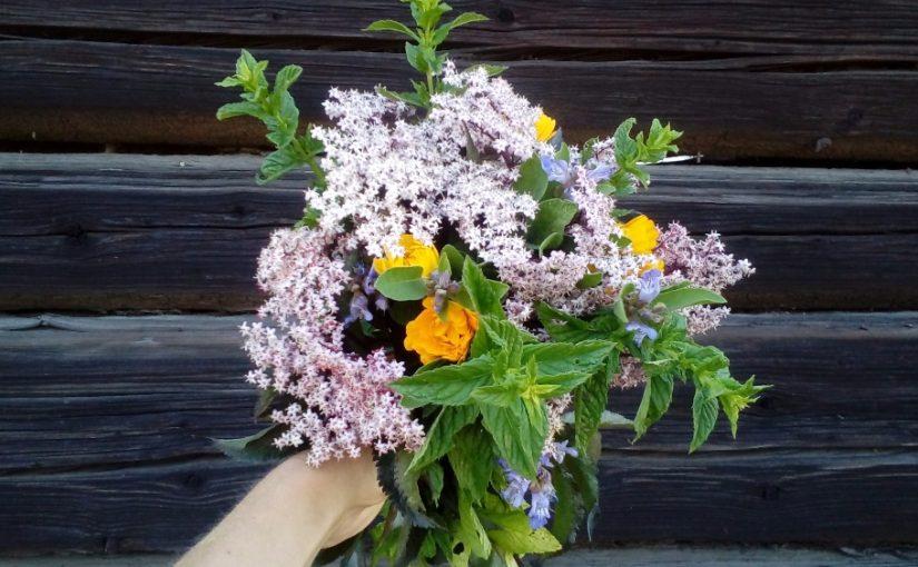 Do vázy! Místo květin aranžujte bylinky i zeleninu